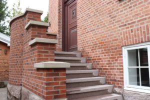 Trappe udført i tråd med husets stil