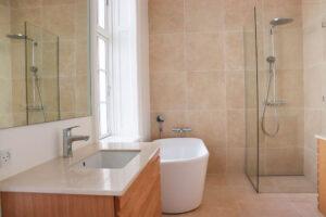 Badeværelse med plads til velvære